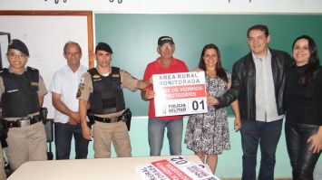 Mumbuca recebe  placas da Rede Vizinhos Protegidos