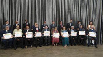 Câmara condecora e entrega títulos honorários