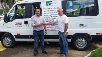 Vereador Alex Bueno entrega veículo para o Lar S.Vicente