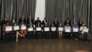 Cerimônia concorrida marca entrega de medalhas e títulos